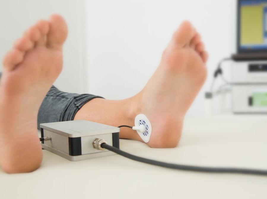 An den Füßen wird die Messung durchgeführt